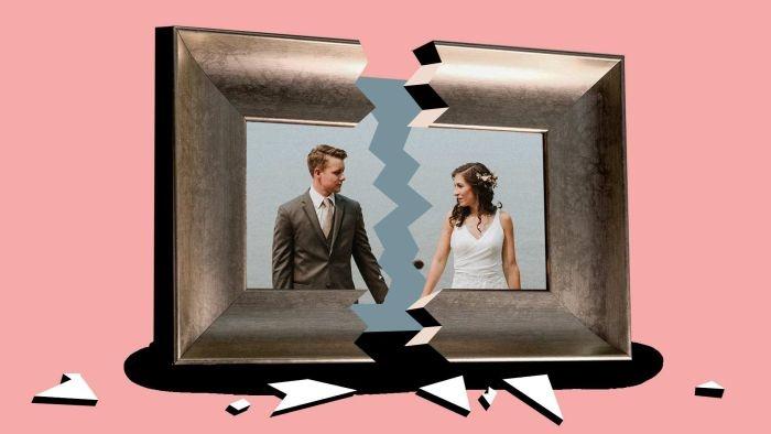 Thấy ảnh cưới đang treo tự nhiên rơi vỡ kính ám chỉ bạn đang thấy khó chịu và bí bách với cuộc sống hôn nhân